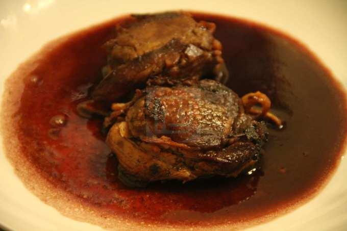 filetto di maiale bardato con salsa al vino rosso