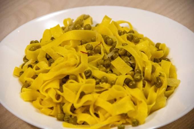 piatto di tagliatelle allo zafferano per avere il massimo del sapore con il minimo delle calorie: zafferano, piselli e cipolla.