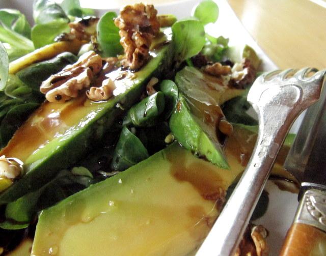 Insalata valeriana con avocado e noci