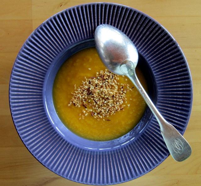 Crema di zucca e porri con semi di sesamo e cannella