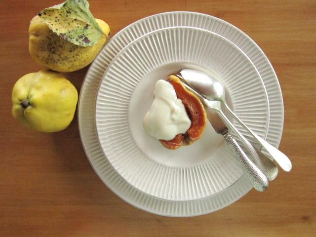 Mele cotogne sciroppate al forno, con salsa allo yogurt