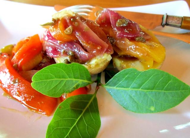 Cipolle, peperoni e capperi in agrodolce, una preparazione assai versatile