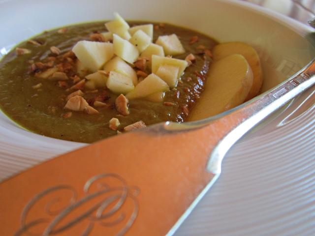 Zuppa di zucchine al Curry con mela e nocciole tostate