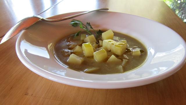 Zuppa di patate in brodo di broccoli piccante