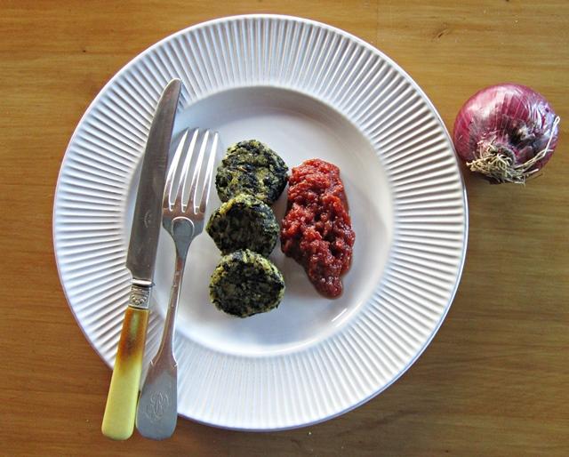 Cavolo nero. Crocchette di cavolo nero con salsa di pomodoro e cipolla rossa
