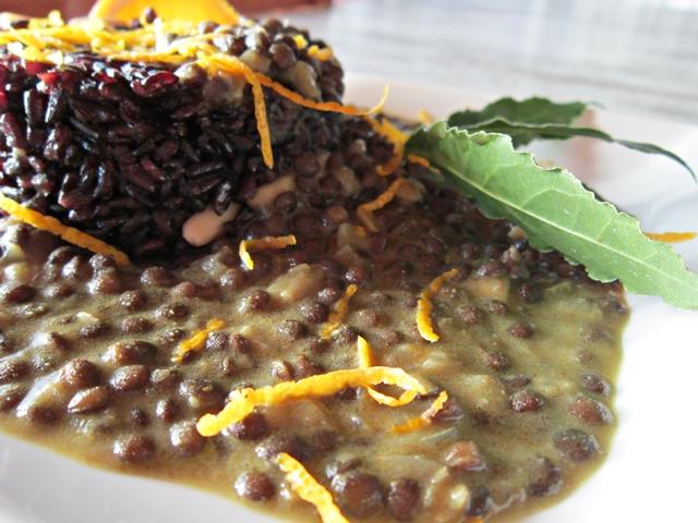 Lenticchie nere Beluga al Curry Madras con crema di cocco e riso nero Venere