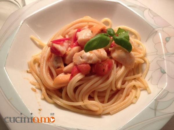 Spaghetti con St. Jacques e ciliegini