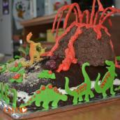 Torta vulcano con dinosauri
