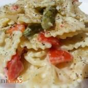 Pasta con pesto di ricotta e mandorle, asparagi e pomodorini