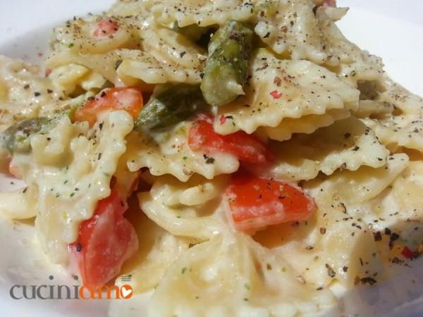 Ricette con gli asparagi: Pasta con pesto di ricotta, mandorle, asparagi e pomodorini