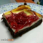 Cheesecake con biscotto al cioccolato e salsa di fragole