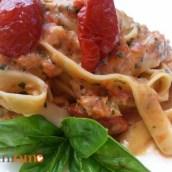 Tagliatelle con ricotta, pomodori secchi e basilico