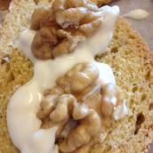 Antipasto pane di zucca e semi di girasole con gorgonzola e noci