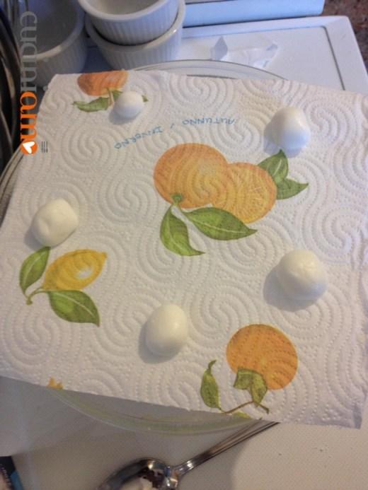 palline di zucchero a velo e bianco d'uovo per fare le meringhe al microonde