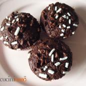 Muffin vegani di farro integrale con mandorle e cacao