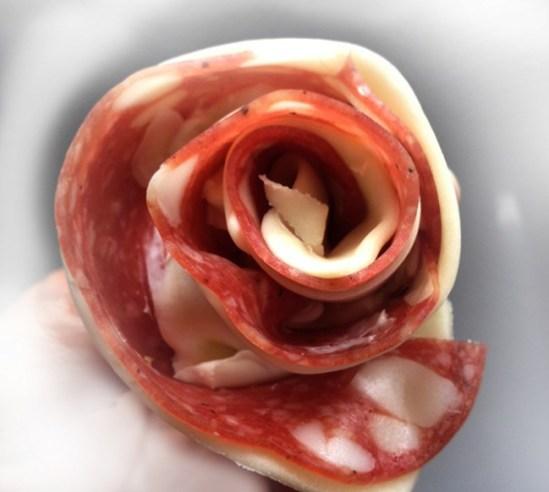 Arrotolare la striscia di pasta sfoglia a formare una rosellina