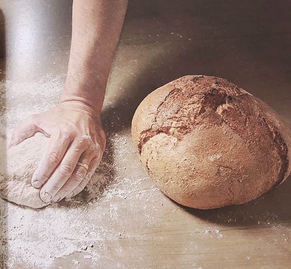 """Foto di pane fatto con farina di grani antichi, immagine interna del libro """"Pasticceria con grani antichi"""""""