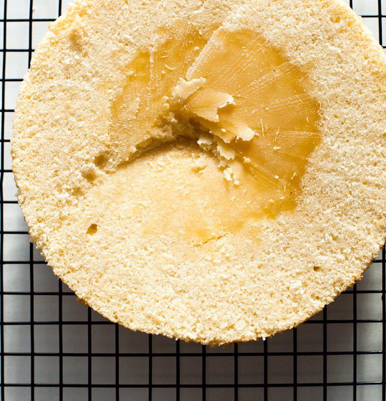 bizcocho crudo por dentro sobre rejilla de cocina