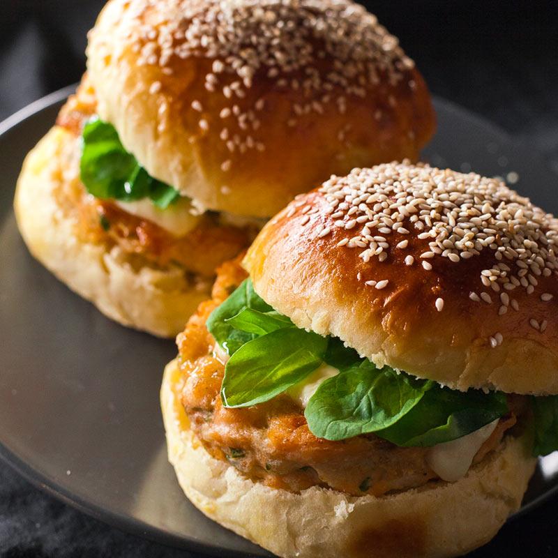 Dos hamburguesas de salmón con pan de patata casero