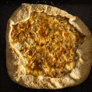 Galette de queso y cebolla en plancha de hierro