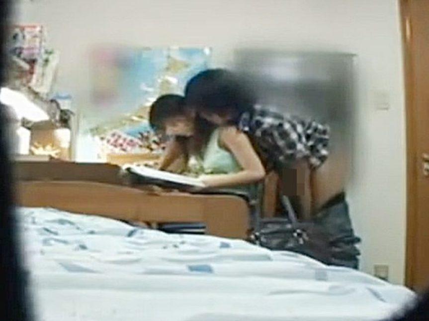 ◆家庭教師・盗撮 恥辱◆可愛いタンクトップ少女に勉強を教えながら背後でパンツを脱ぐヤバイ先生!?無理やり迫ってハメますョ