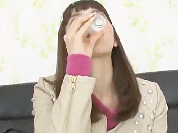 ☆素人企画☆新飲料水と騙されて、中身はザーメンの試飲をする美人奥様!?ナゼか精子提供者の若者チンポをフェラするコトに。。