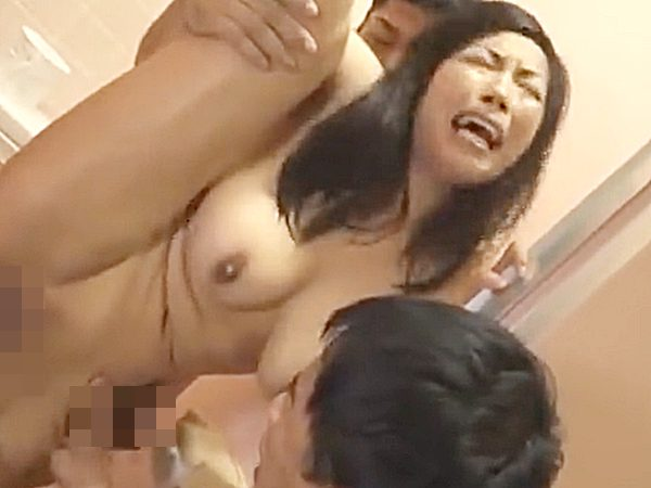 ◇3pセックス・輪姦|三喜本のぞみ◇『あッあぁぁーッ!!』トイレで豊満デカパイ熟女が2人の男にパコパコされてますョ..