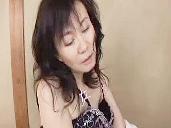 ◇寝取り◇「服、脱いで..」『ハァハァ、、♡』息子チンポを激しくおしゃぶりする熟女ママ。。アソコに欲しくて我慢デキないョ