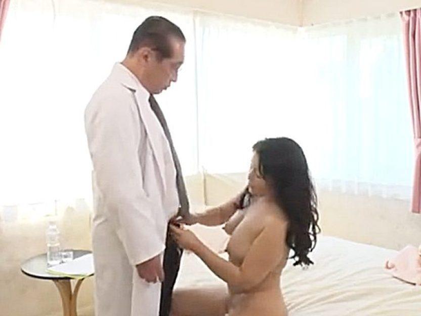 ◇熟女|宝田さゆり◇『フェラしたい気分なんです..♡』女性器を検査されてムラムラしちゃった豊満おばさん!?医者を襲います