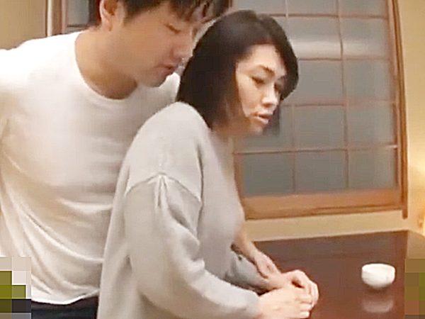 ☆人妻NTR・友達の母 白山葉子☆『えっ、えっ..!?』マンズリ現場を覗き見した若者。。自信満々、美熟女ママを口説きます