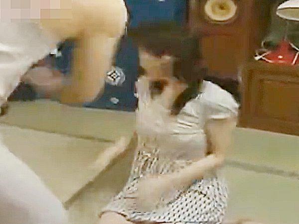 ◆エロドラマ・近親相姦|ヘンリー塚本◆『バシッ♫』自宅でヨソのおじさんとセックスしてた少女!?怒りの男に即ハメされます
