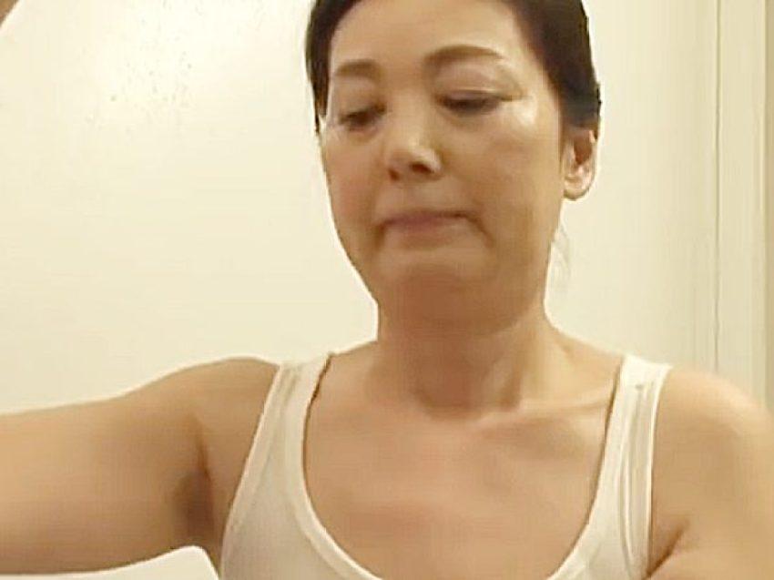 ◆近親相姦◆『。。あらッ、、!?』久しぶりに帰ってきた息子。。風呂で洗髪シてやる熟女ママですが。。勃起発見シちゃいますョ