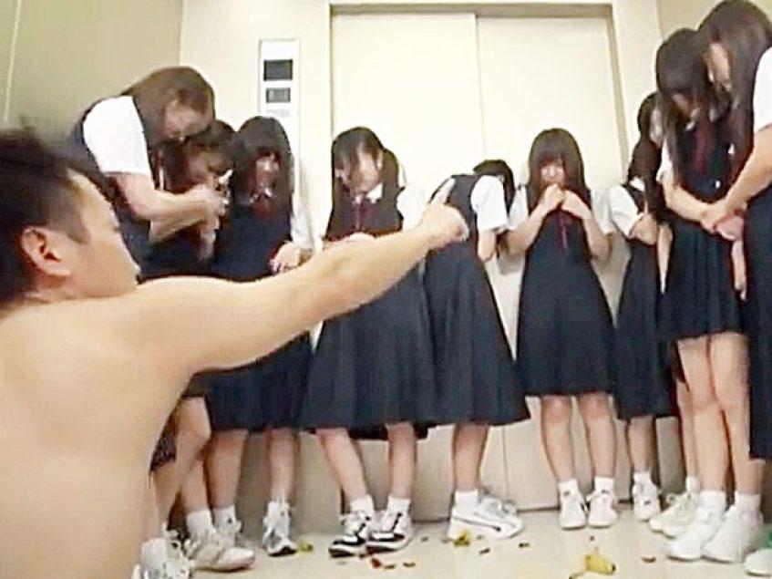 ★ハーレム|凌辱★『お前ら!脱げョ!!』エレベーターが故障して閉じ込められた男性教師と複数の女子学生たち!?エロ爆発先生