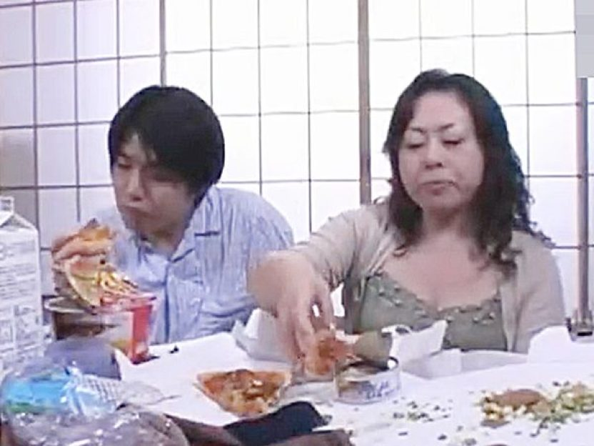 ◇母子相姦◇『ムシャムシャ..』息子と2人で食事するデブ熟女ママ。。腹一杯で、寝てしまう親子ですが!?次は性欲を満たすョ
