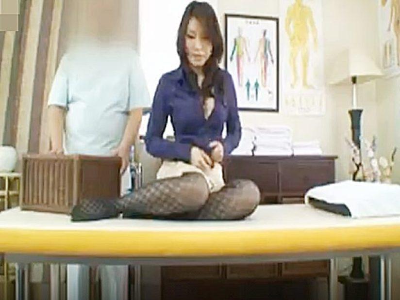 ◇整体マッサージ|寝取り・騙し◇腰痛治療されるエステ経営者のセレブ美女。。施術が進むと全裸に近づく不思議な医院です!?