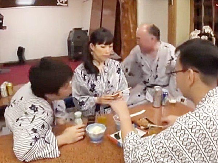 ☆人妻NTR|温泉旅行☆『一緒に宴会しましょうョ!』旅館で食事中、2人の男性客に絡まれた夫婦!?旦那は泥酔し奥様ヤバイョ