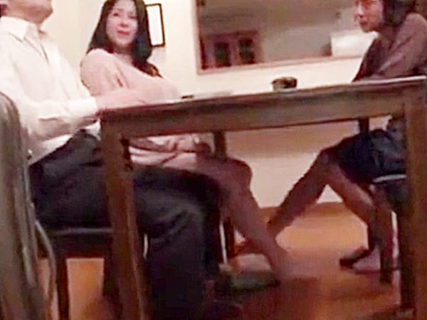 ◆母子相姦|人妻NTR◆出張から帰宅した旦那と話す豊満ムチムチ奥様ですが。。机の下では、息子と足でイチャイチャですョ!?