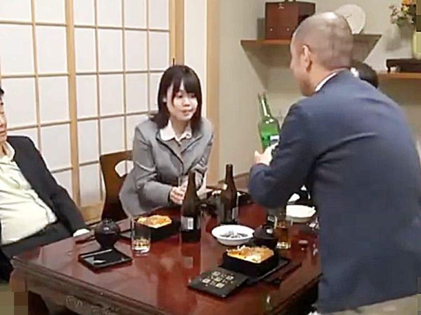 ☆人妻NTR|泥酔レイプ☆『これ、ほんとに美味しいョ!』PTAの会合でママさん役員に酒をグイグイ飲ますエロオヤジ達ですョ