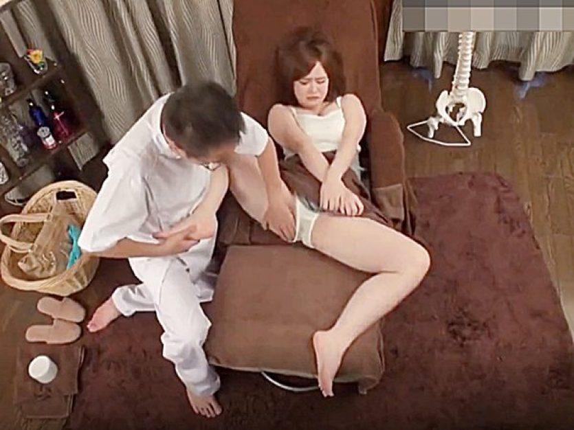 ★足つぼマッサージ|寝取り★『同時にヤると効果がありますョ~』足裏と鼠径部を刺激されてパンティ濡れちゃう色白美人OLです