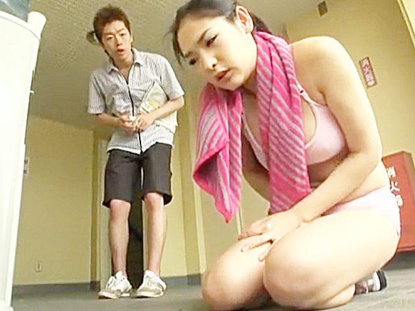 ◇ラッキースケベ|いたずら◇『だっ、大丈夫ですか!?』知らずに媚薬入りの水を飲んだスポーツ女子。。隣人若者チャンスや~