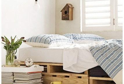 DIY shipping pallet furniture: bed
