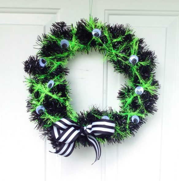 DIY googly eye spooky Halloween wreath