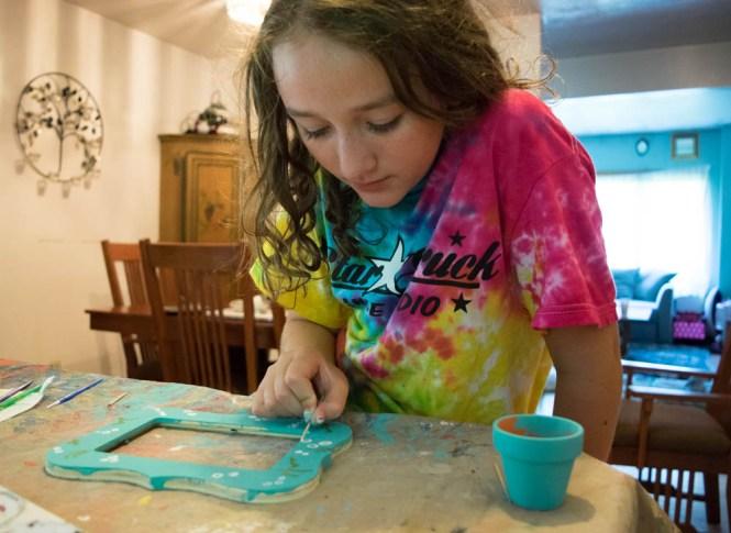 Wrangle Your Kids' Seashell Collection- DIY seashell frame painting