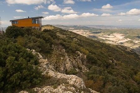Puesto vigilancia forestal en el pico Menejador