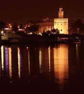 Torre_del_oro_nocturna_en_Sevilla