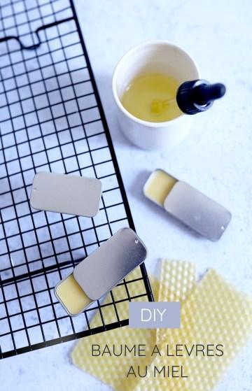 3 sticks de baume à lèvres maison au miel disposés sur une table