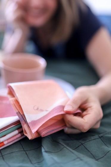 photo d'un mouchoir en tissu bio dans les mains d'une fille