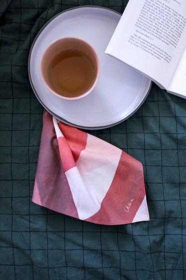 photo d'un mouchoir en tissu posé sur une couette de lit