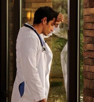 medico llorando