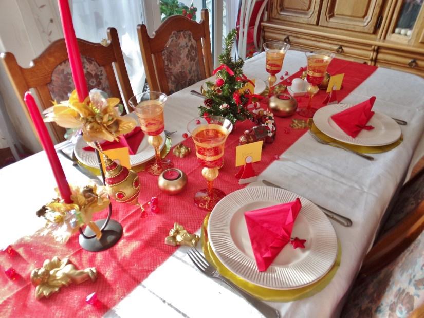 Table d co de no l rouge et dor e - Deco table noel rouge ...